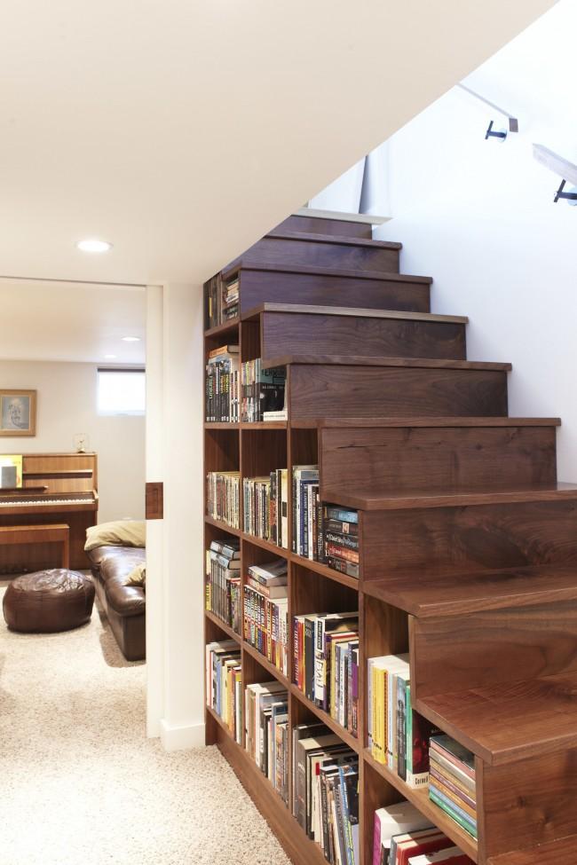 Значительно сэкономить место вы сможете разместив книжный шкаф под лестницей