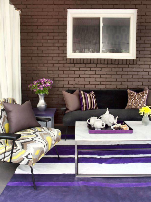 Коричнево-фиолетовый интерьер выглядит очень сочно, нарядно и свежо благодаря белым и фисташковым акцентам
