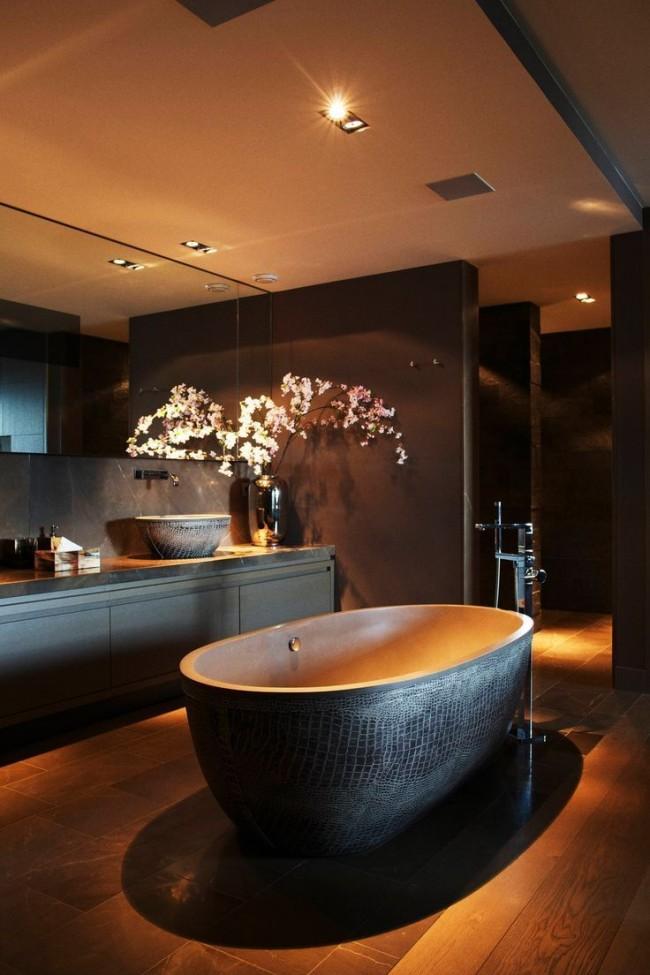 """""""Змеиная"""" отделка ванны, пол из дерева и шоколадные стены - эта ванная комната пропитана роскошью и лоском"""