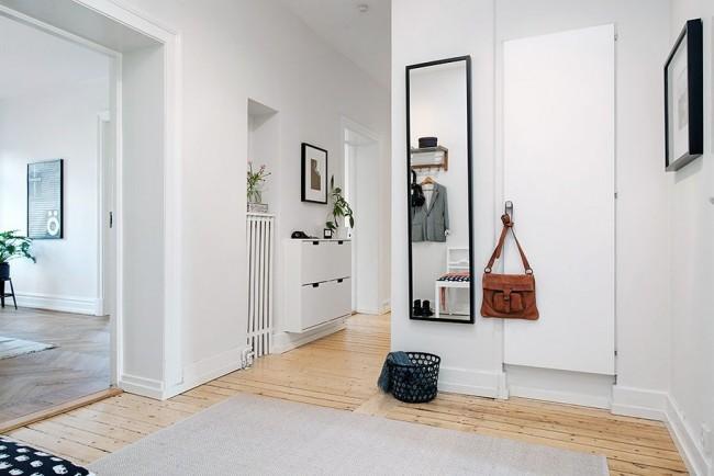 Светлый коридор с большим зеркалом