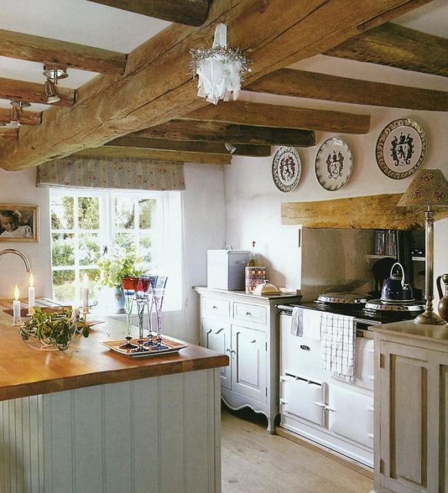 Блюдца на стенах, канделябры и прочие милые вещицы наполняют кухню домашним теплом