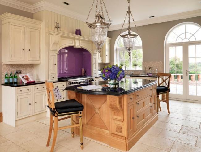 Красивый мебельный гарнитур молочного цвета очень эффектно смотрится с фиолетовым акцентом