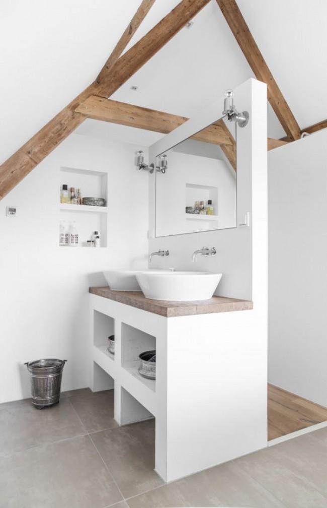 Ванная комната с массивными балками из дерева