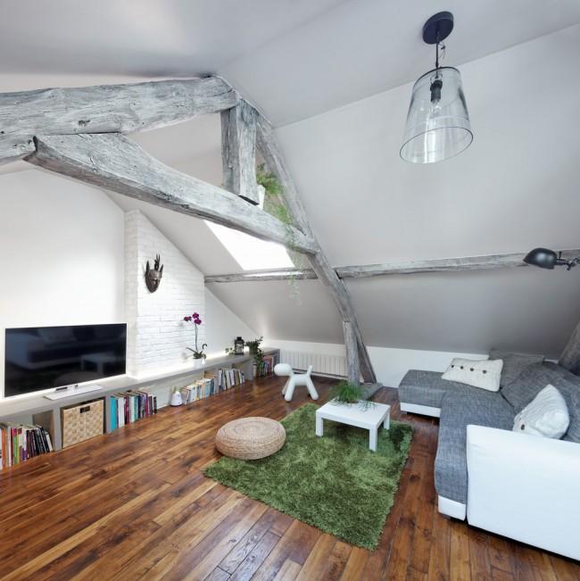 Домашний кинозал под крышей с паркетным покрытием, для приятного времяпровождения