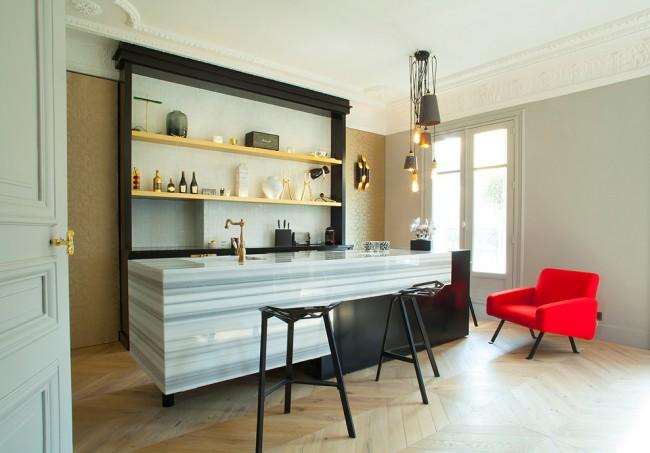 Небольшая уютная кухня с интересными дизайнерскими решениями дополняют паркетное покрытие