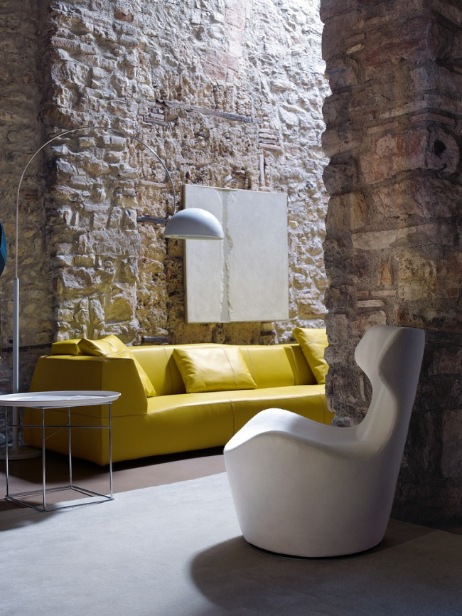 Потрясающий, дышащий свежестью, интерьер с дизайнерской мебелью от B&B Italia (диван Bend Sofa - Патриция Уркиола, кресло Piccola Papilio - Наото Фукасава) и полностью покрытыми декоративным камнем стенами