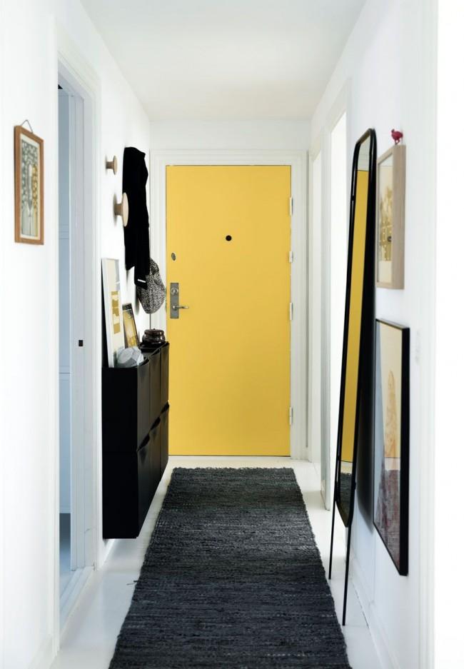 Желтая входная дверь придаст нотку свежести черно-белому интерьеру прихожей