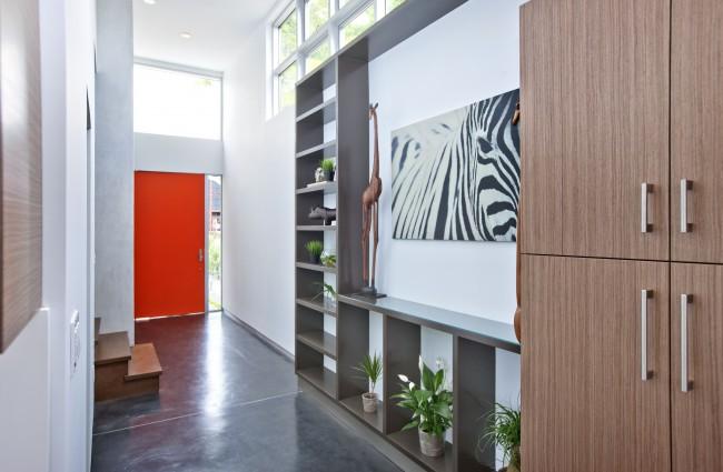 Узкий коридор с прихожей серого цвета