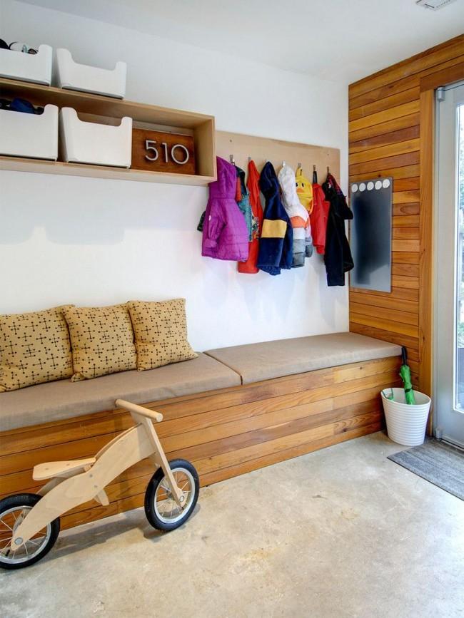 Небольшая прихожая для узкого коридора в стиле модерн