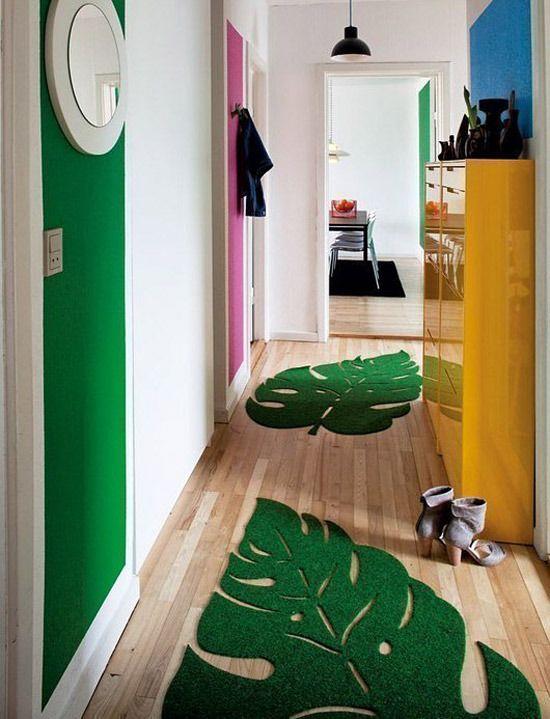 Коврики в виде листов великолепно смотрятся на полу узкого коридора