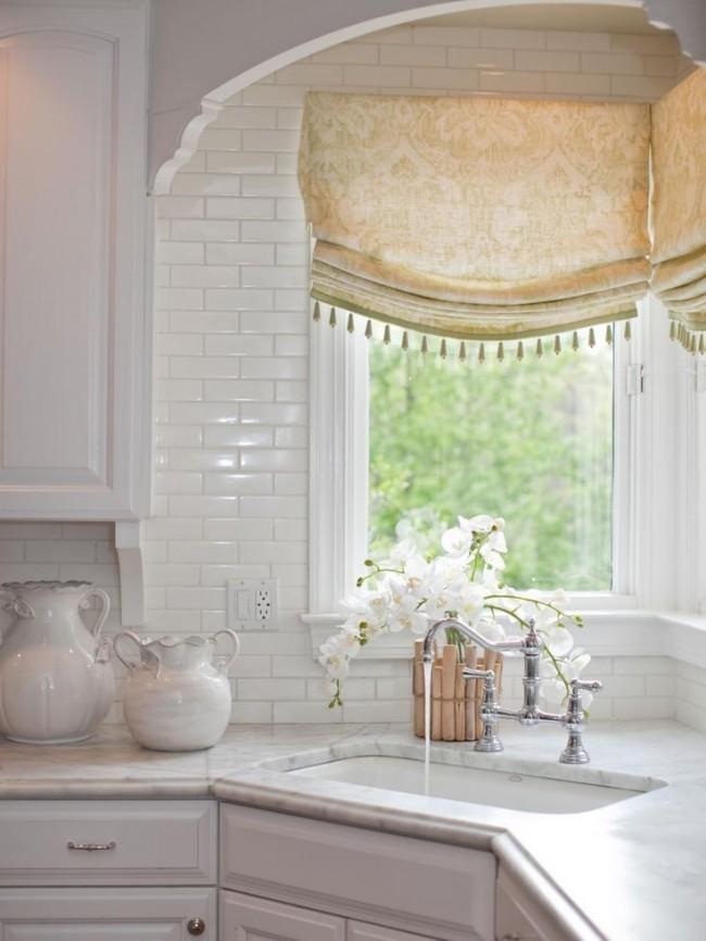 Светлые шторы с классическим рисунком добавляют еще больше нежности этой кухне