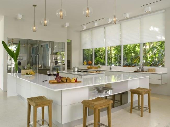 Белые плиссированные шторы подойдут под хайтековскую кухню