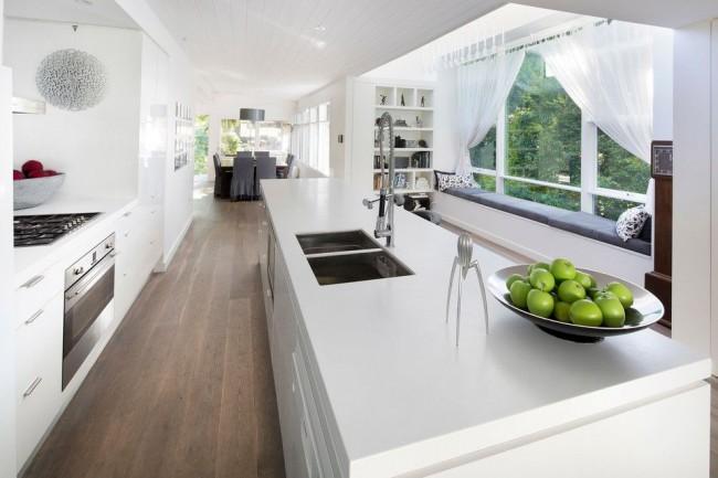 Белые шторы из легкой ткани идеально подходят для большого окна