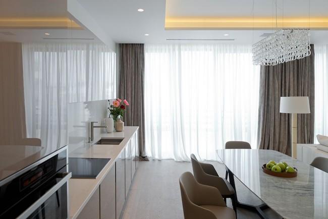Длинные шторы хорошо подходят под общее оформление кухни