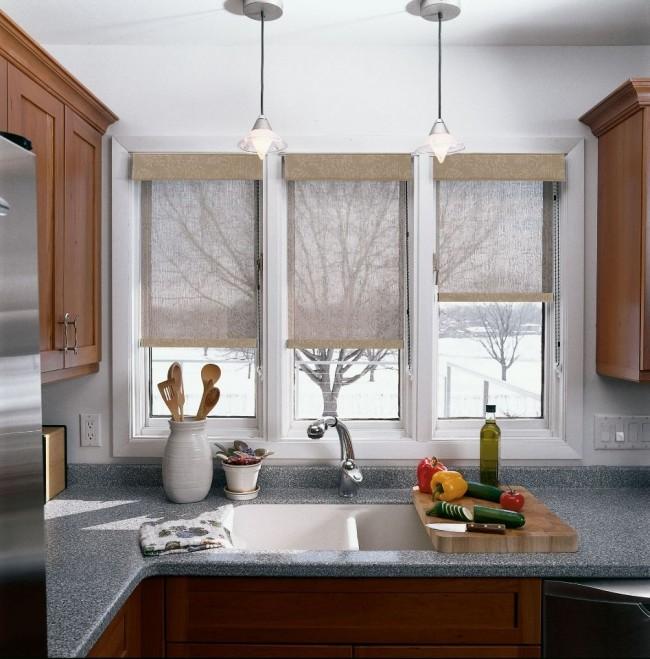 Полупрозрачные бежевые шторы хорошо смотрятся на этой кухне