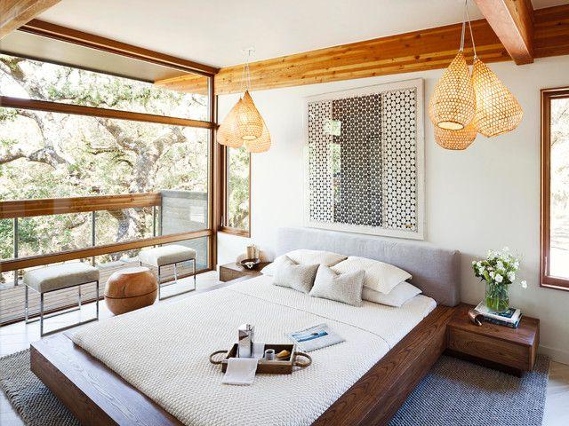 Красивая светлая спальня с панорамным видом оформленная в эко стиле