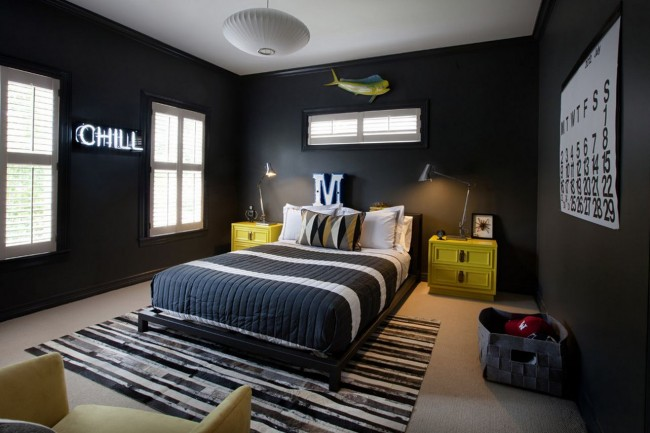 Для черной спальни одной люстры будет мало