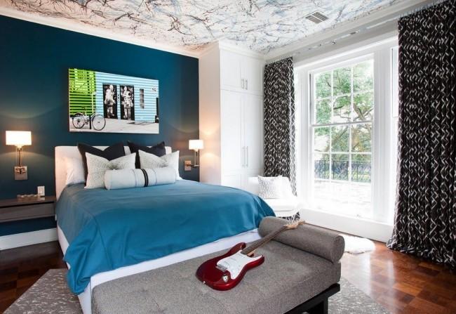 Белый шкаф и кровать хорошо смотрятся с насыщенным бирюзовым цветов стен