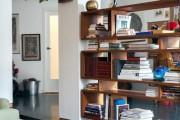 Фото 25 Стеллажи для дома без задней стенки: обзор недорогих и лаконичных моделей в интерьере