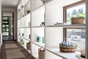 Фото 34 Стеллажи для дома без задней стенки: обзор недорогих и лаконичных моделей в интерьере
