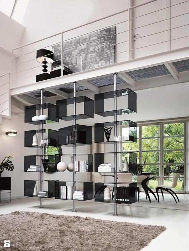 Стеллажи без задней стенки очень популярны, так как одновременно позволяют максимально организовать пространство и визуально облегчить его