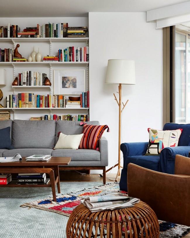 На заднем же плане стеллаж без задней стенки выступает эффектным фоном для мягкой мебели