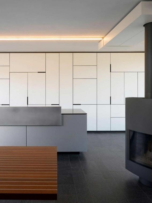Белая прямая стенка с глухими фасадами в стиле минимализм