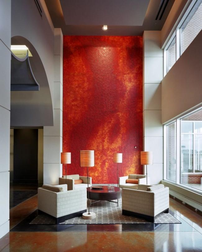 Эффектная декоративная стеновая панель в гостиной современного стиля