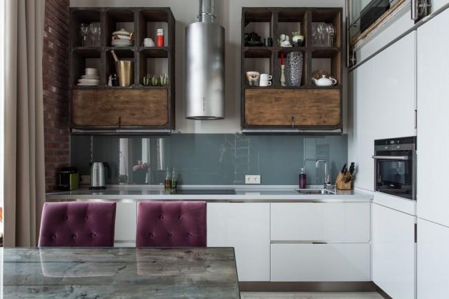 Фартук кухни с отделкой стеклянными панелями