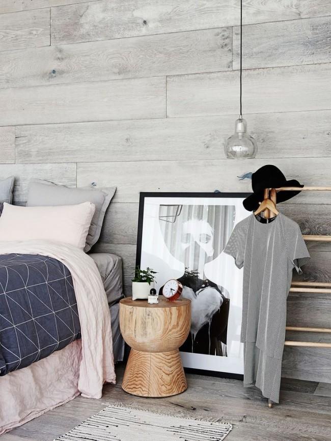 Прекрасная спальная комната с отделкой стены реечными деревянными панелями
