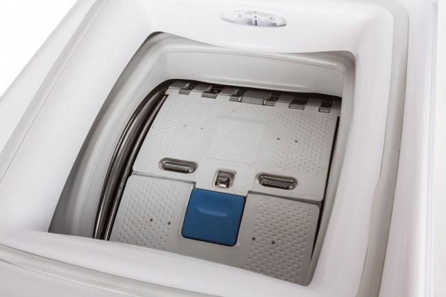 Одно из удобств «вертикальной» стиральной машины - возможность добавить или вытащить вещи прямо во время стирки