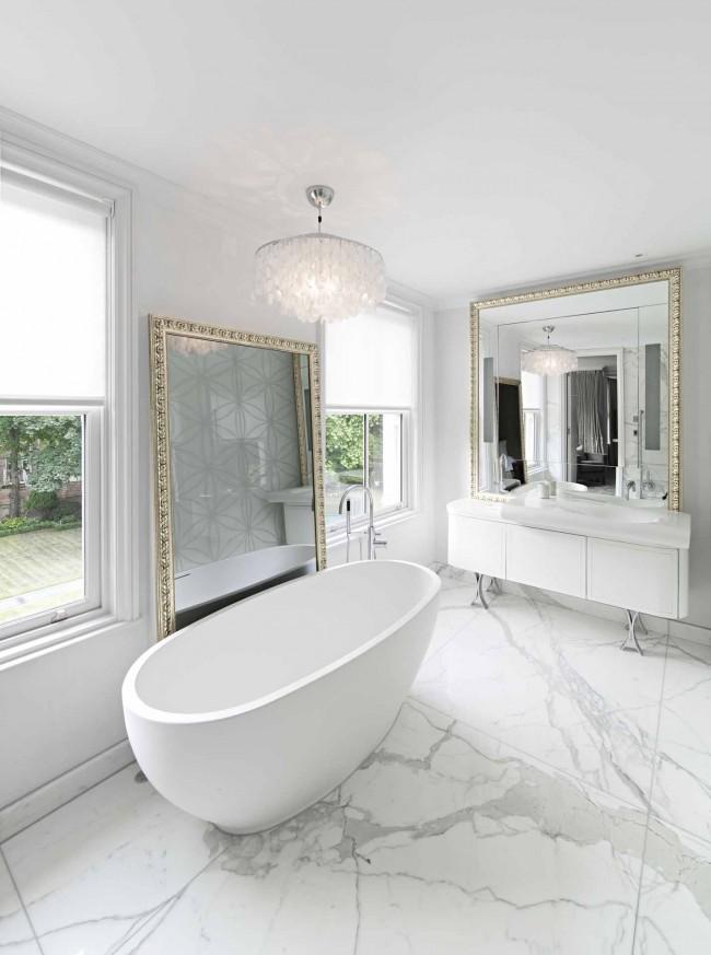Особой популярностью пользуются интерьеры ванной комнаты белого цвета
