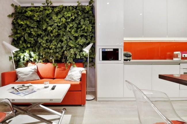 Яркий красный акцент на интерьере в белой квартире - студии