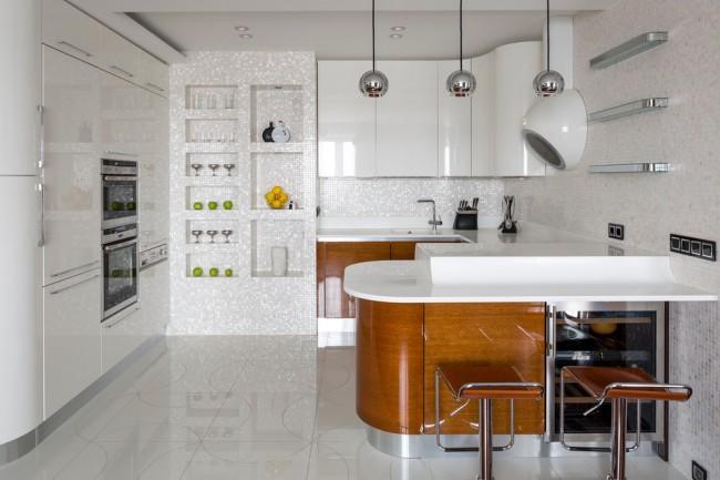Кухня в светлых тонах с элементами имитации дерева