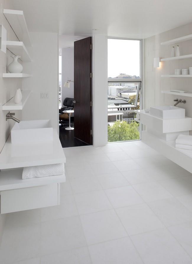 Белая холодная ванная комната в сравнении с комнатой, оформленной в темных тонах