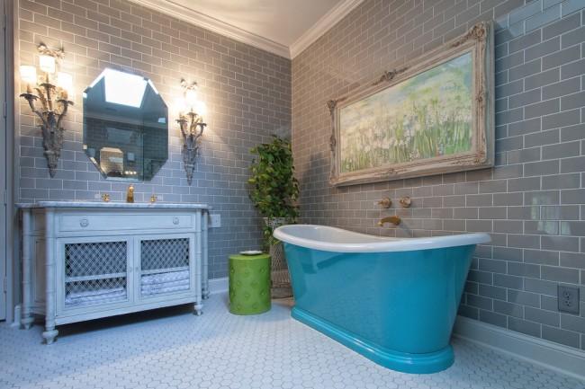 Ванная комната в стиле прованс с яркой необычной ванной