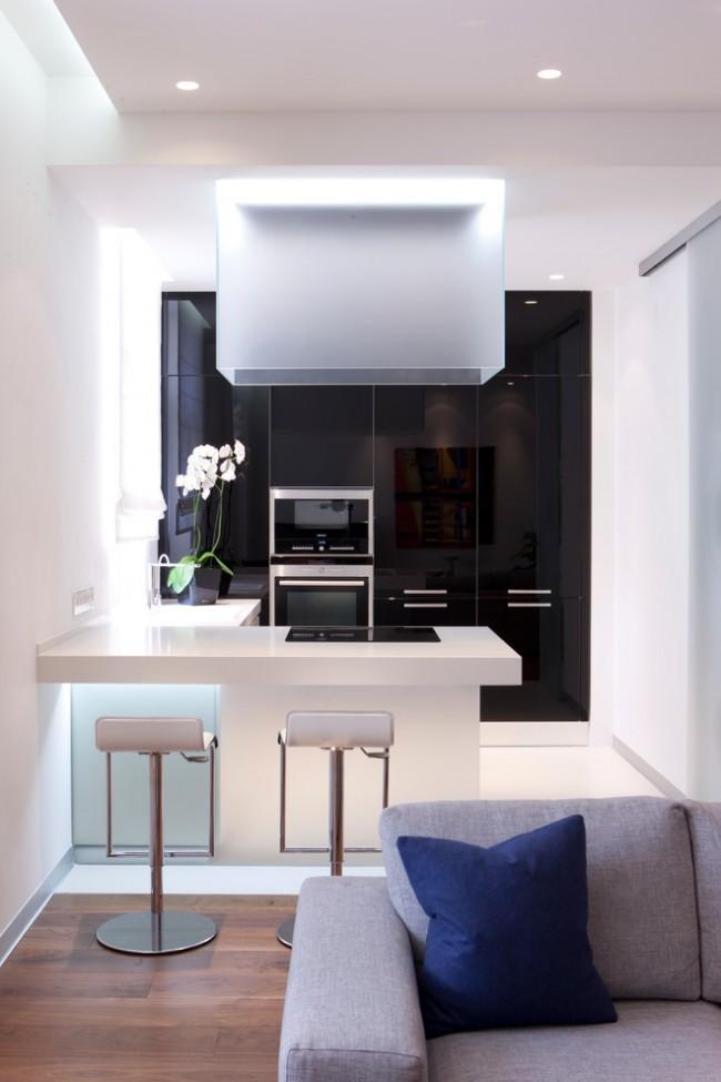 Выделенная зона кухни в квартире - студии