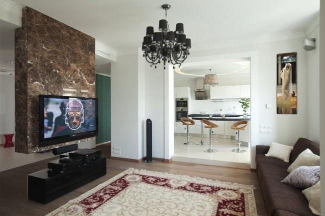 Белая кухня и светло-бежевая комната разделены покрытием пола в той жецветовой гамме