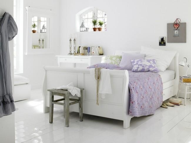 Провансовая спальная комната в воздушных бело-сиреневых тонах