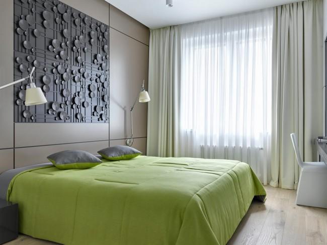 Спальная комната в теплых пастельных тонах, разбавленная оливковым текстилем