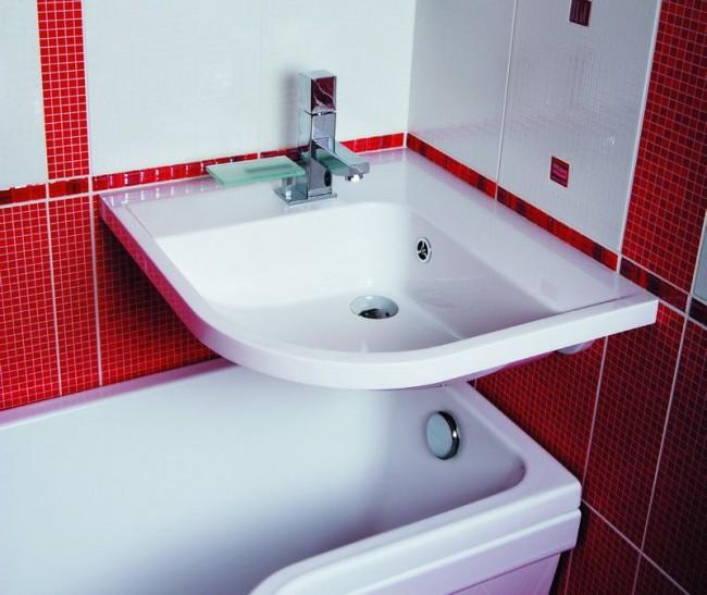 Расположение раковины над ванной