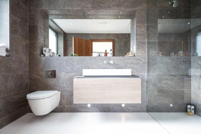 Совмещение ванной комнаты и туалета имеет свои плюсы и минусы
