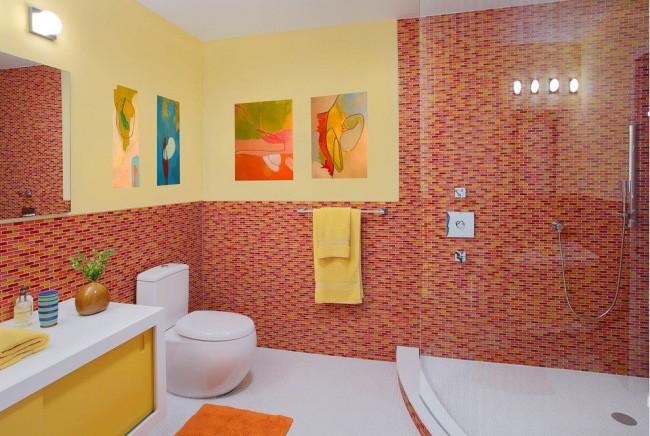 Яркий интерьер ванной комнаты с туалетом