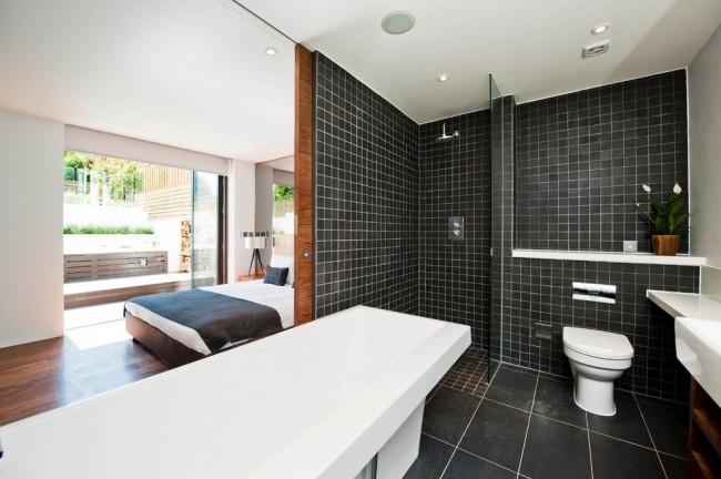 Небольшая ванная комната, которая удачно соединяет в себе ванну, душ и туалет