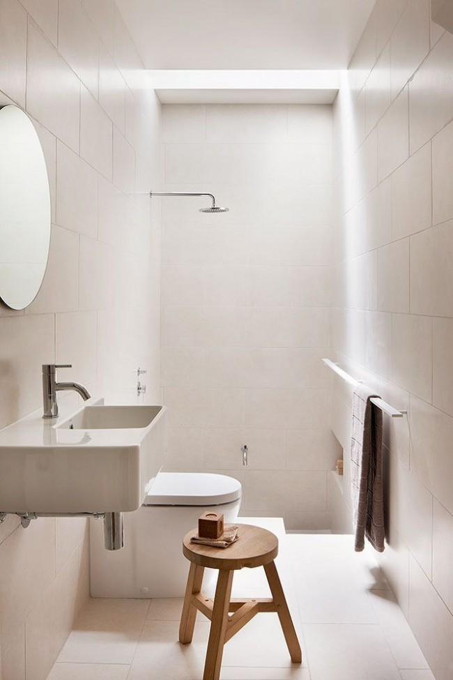 Гигиеническая комната с туалетом в белом цвете