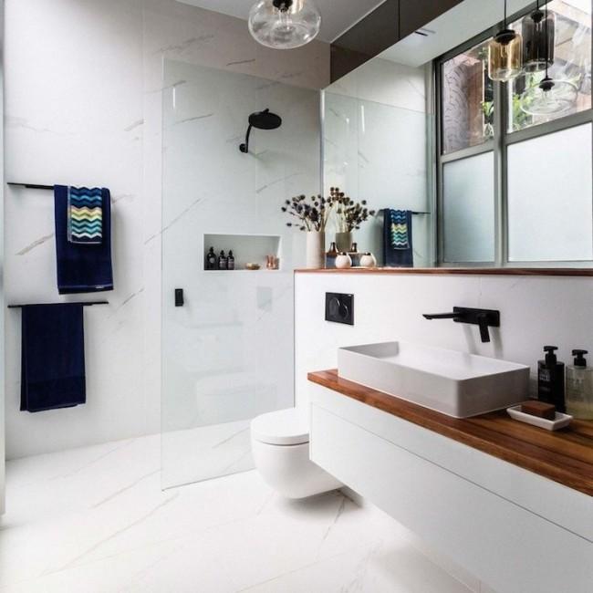 Разделение туалета и душа стеклянной перегородкой