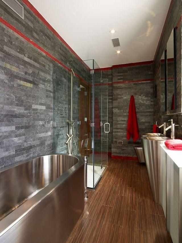 Стильный интерьер ванной комнаты с хромированной сантехникой