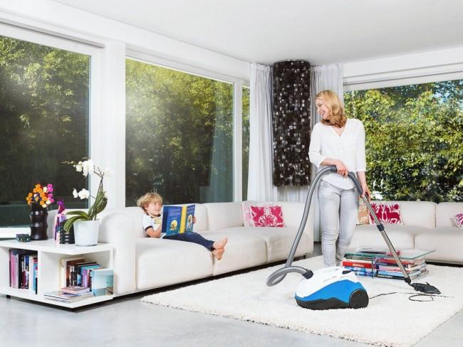 С помощью пылесоса почистите и обработайте все ворсистые поверхности в доме