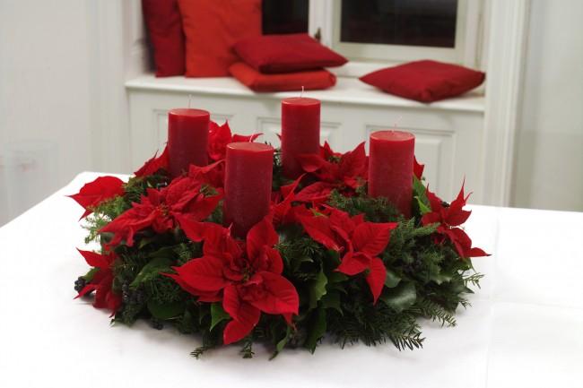 Рождественский венок с искусственными цветами поможет создать праздничное настроение