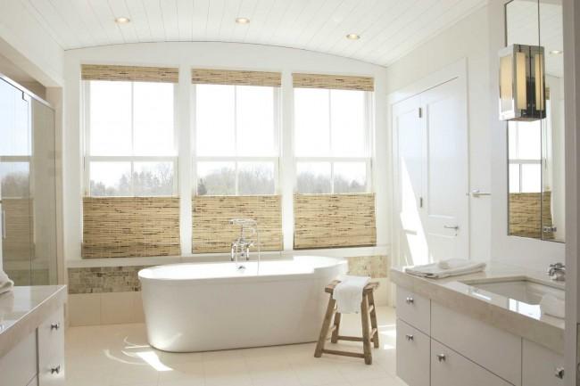 Используйте плитку или аксессуары еле уловимого бежевого цвета, если хотите сделать ванную более уютной